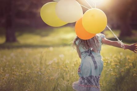 Mädchen_Ballons_Wiese